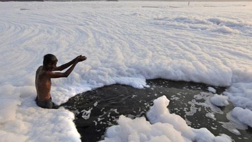 """世界上""""最白""""的河流,里面几乎没有活物,竟有人在里面游泳"""