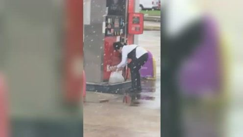 美国一加油站女子用塑料袋装汽油放进后备箱 网友惊呆:她在干嘛?