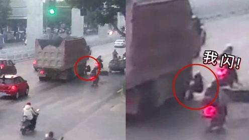 求生欲爆发!监拍:广西男子险遭货车碾压 一个挺身上演极限逃生