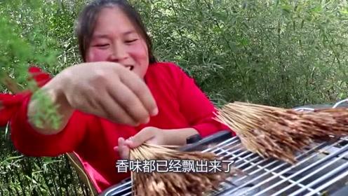 胖妹嘴馋烤2斤鸭肠,烤的滋滋冒油真过瘾,这道硬菜看饿了