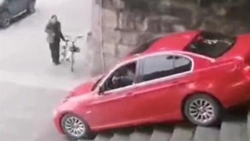 神操作!四川一司机把车开下了几十级石梯 司机:导航叫这样走的