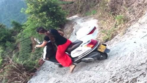 女司机骑摩托车在半山腰上会车,这技术真厉害,看着都觉得害怕!