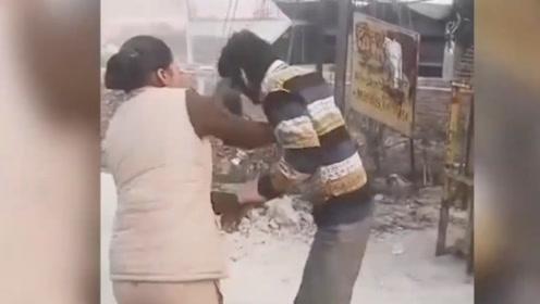 该!印男子当街猥亵女性 女警脱鞋狂抽21下