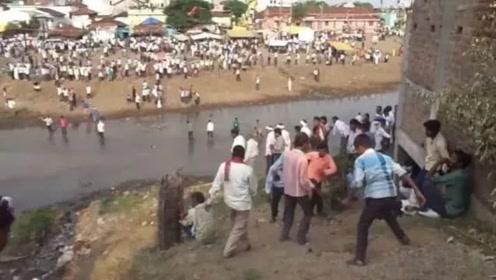 """印度""""最要命""""节日投石节,见人就扔石头,当地人却说被砸是一种幸运!"""