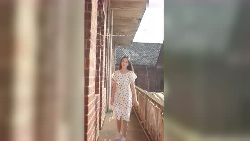 清新的小姐姐,穿着白色连衣裙很漂亮!