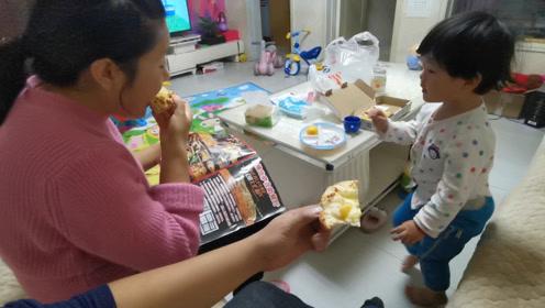 给宝宝买的披萨她不吃,我们两口子高兴了,宝宝别说不让你吃!