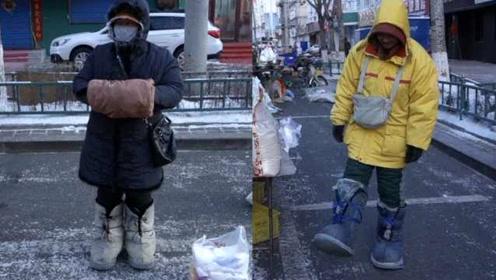 东北加强版UGG,小贩穿上零下30℃天气卖货不冻脚