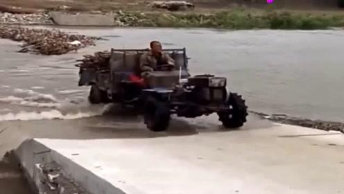 """拖拉机""""神操作"""",摩托车也跟着冲,看完别笑!"""