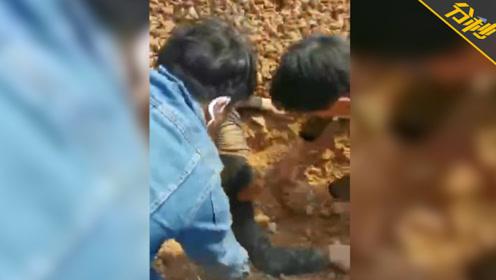 工人施工途中遇山体滑坡惨遭掩埋狂喊救命,目击者:脖子以下都看不到了