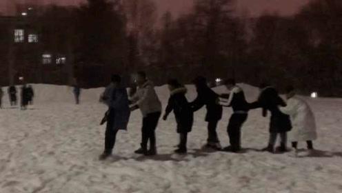 南方学生为雪到东北读书成冰场主角:连摔跤都很爽