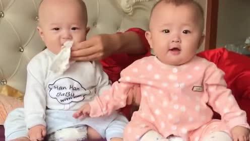 龙凤胎小宝宝好可爱!一起坐在床上玩耍!小模样好萌啊