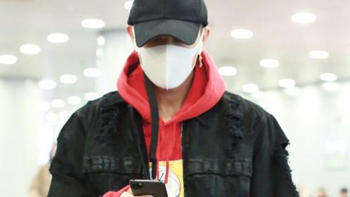 黄子韬穿红色卫衣帅气有范 帽子口罩遮面气场依旧