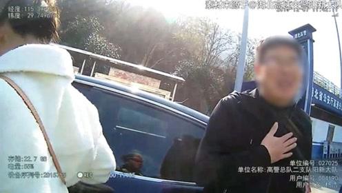 停车换位 百般抵赖 交警当面戳穿谎言 司机被行拘