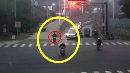 """大爷骑车""""不看路"""",非跟着电车横穿,瞬间被撞飞!交警:全责!"""