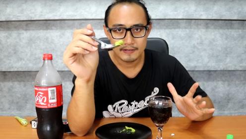 小哥作死同时吃进芥末和喝进可乐,什么感觉?网友:怎么还上头了呢