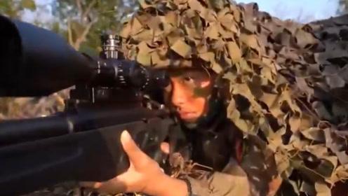 """特战女兵演练丛林斩首,狙击手就地""""隐身""""颜值爆表,战力不输男兵"""