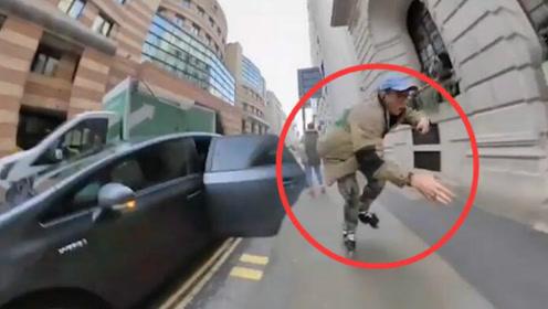 看着都疼!男子街头滑旱冰炫技 被突如其来的车门拍到墙上