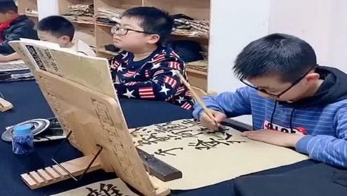 从小练毛笔字,可以培养孩子的耐力和自信心,学习传统文化!