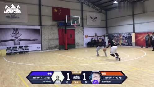 篮球:帅哥假动作晃飞对手,空篮打中,老哥稳!