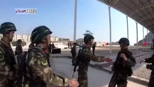 满分  特战队员实装通过200米障碍 近日