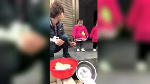 爸爸正在洗白菜,双胞胎女儿抱个南瓜往盆里一扔,翻盆了