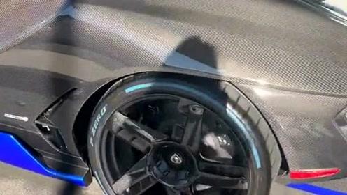 这辆兰博基尼全球限量一台,全车都是采用的碳纤维,价格我们可想而知!