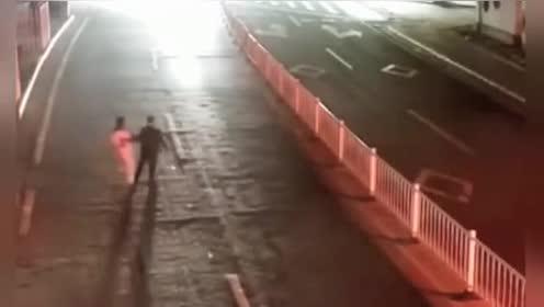 夫妻街头吵架男子以死要挟,监控拍下可怕一幕!