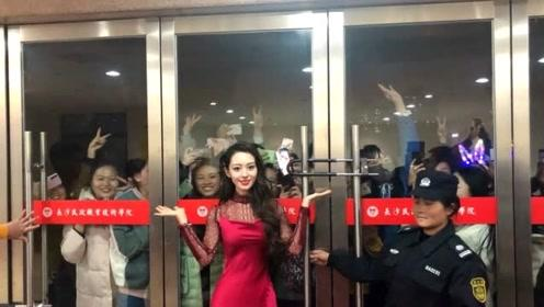 吉娜一袭红裙秀蛮腰 与场馆外热情观众合影