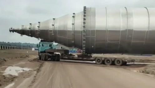 重型卡车拉大件货物,这货真够大的,很霸气