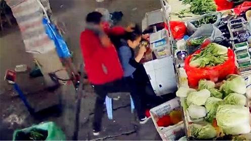 事发监控曝光!女子摊位上遭男子持刀猛砍40秒近50次