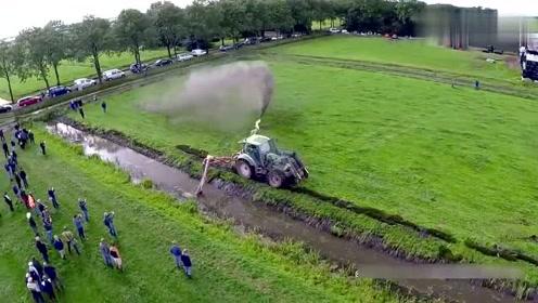 德国工人清理河道淤泥,这种机械方式太先进了,真是大开眼界!