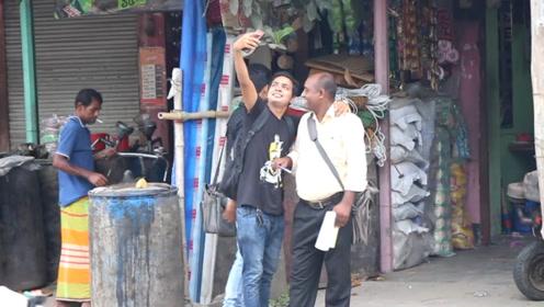 拽着路人一直拍照,印度小伙街头恶搞,结果却被路人反恶搞