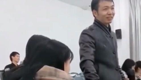 中医系老师给女生把脉,笑容瞬间消失,网友们:喜脉啊