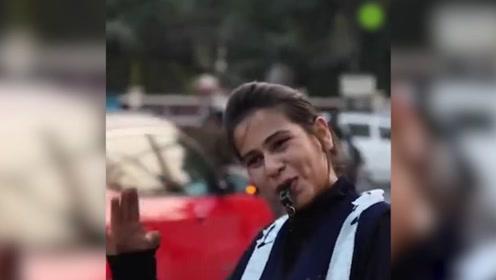 """印度女生跳""""魔性""""舞步指挥交通 网友疯传纷纷点赞:勇气可嘉"""