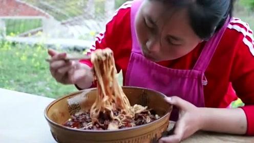 胖妹自制辣椒酱炒小碎肉,拌上2斤面条太诱人,锅底都舔干净了