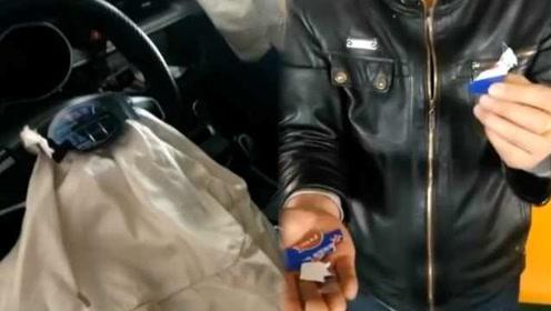 西安要求出租车方向盘贴卡片,的哥称出车祸脸被弹伤
