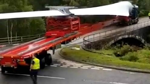 拖车拉着60米的风车螺旋桨成功转弯,司机终于松了一口气