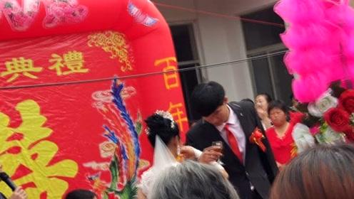 实拍:农村婚礼现场,新郎新娘喝交杯酒,杯子太大  搞笑了
