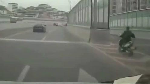 男子骑摩托惨撞水泥护栏 后果很严重!