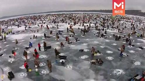 航拍全球最大的冰钓大赛,巨大的湖面数不清的钓孔和人群,太壮观了