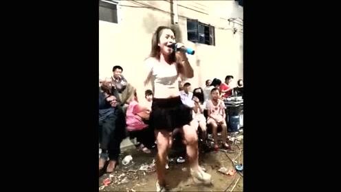 实拍社区送温暖,真实不做作的女子热情舞蹈