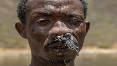 探秘非洲采盐人,一天能挣60元人民币,最终可能变聋变瞎!