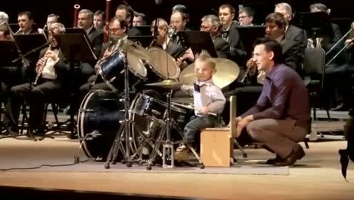 3岁萌娃做交响乐团鼓手,虽然坐都坐不稳,但这么厉害家人知道吗
