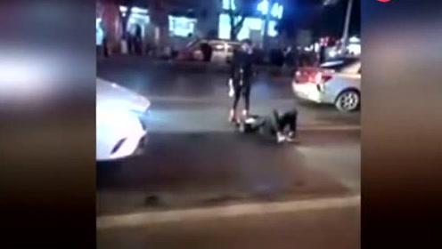 醉酒男横躺马路中央哀嚎打滚 吓坏过路老司机