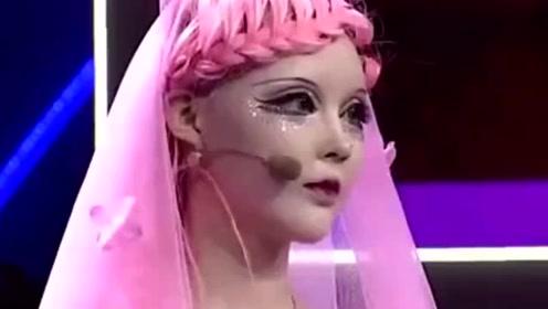 她相貌神似芭比娃娃 当场卸妆后引众人欢呼!