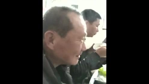 奇人!男子一吃辣椒头顶就冒烟