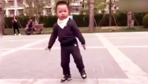广场舞落后了,看这个爷爷带着孙子跳鬼步舞,帅呆了