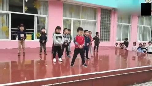 幼儿园发现一位舞蹈小精灵,后面小朋友都是打酱油的,太厉害了!