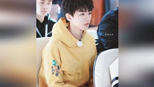 王俊凯录《高能少年团》变身小黄人 董子健直男拍照姿势引热议