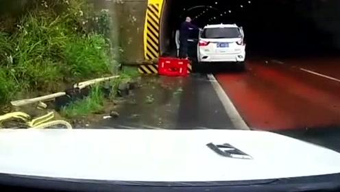 老司机不愿进隧道,这反应救了一车人!